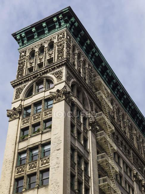 Wohngebäude mit reich verzierten Fassade — Stockfoto