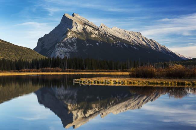 Bergsee spiegelt sich — Stockfoto