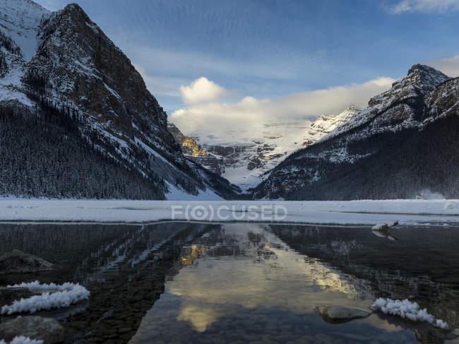 Montagnes escarpées et Lake Louise — Photo de stock