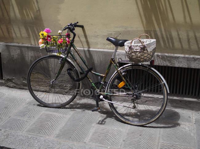 Ciudad de la bici aparcada fuera de - foto de stock