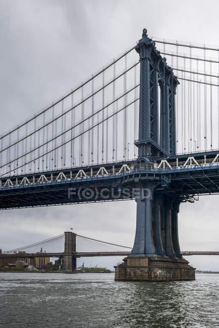 Puente de Manhattan con Brooklyn Bridge - foto de stock