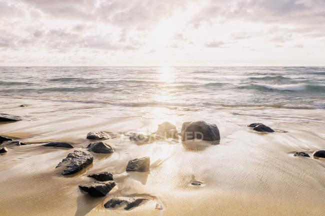 Перед приливом та скелі — стокове фото