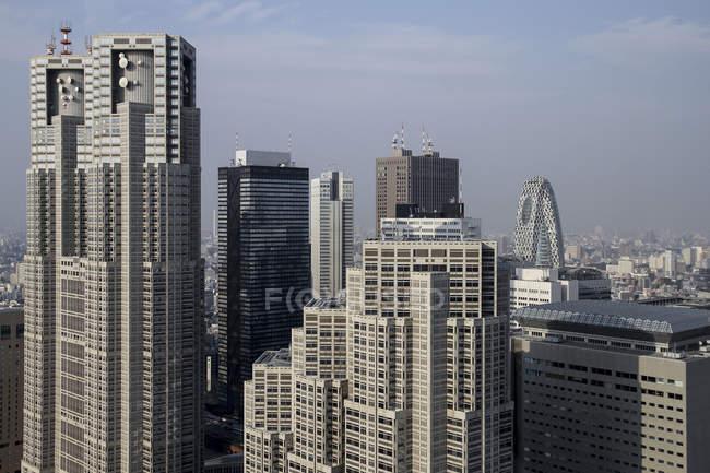 Toits de gratte-ciels et immeubles — Photo de stock