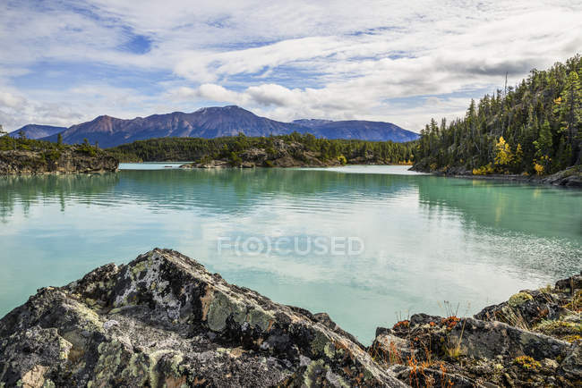 Lac calme avec eau claire — Photo de stock
