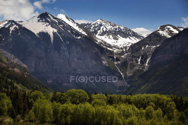 Montagne innevate con una cascata — Foto stock