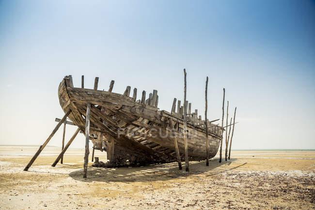Зруйнованого риболовецького судна на Vilanculos пляжі — стокове фото