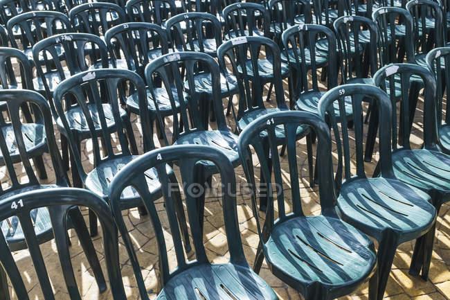 Sedie In Plastica Stock.Sedie Di Plastica Verde Allineate In File Al Di Fuori Luce Diurna