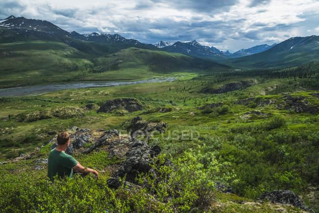 Man sitting overlooking — Stock Photo