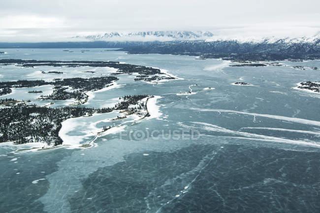 Gefrorenes Wasser und Landschaft — Stockfoto