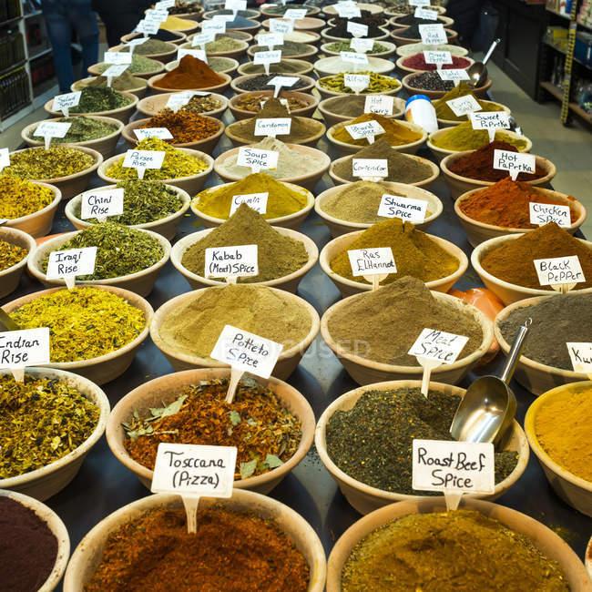 Abundante variedad de especias y arroz para la venta en el mercado árabe de la ciudad vieja de Jerusalén; Jerusalén, Israel - foto de stock
