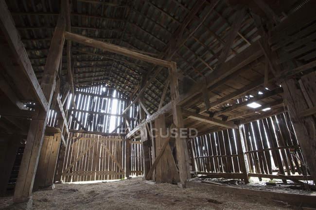 Interno di un vecchio fienile nel centro-sud rurale del Kentucky; Kentucky, Stati Uniti d'America — Foto stock