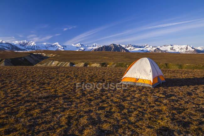 Палатка на открытой тундре — стоковое фото