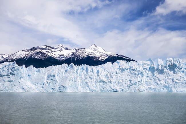 Gletscher im Wasser mit Hügeln — Stockfoto