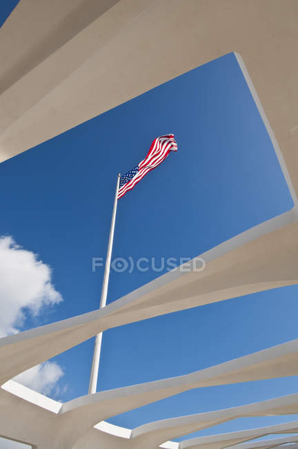The American flag flies over the USS Arizona Memorial — Stock Photo