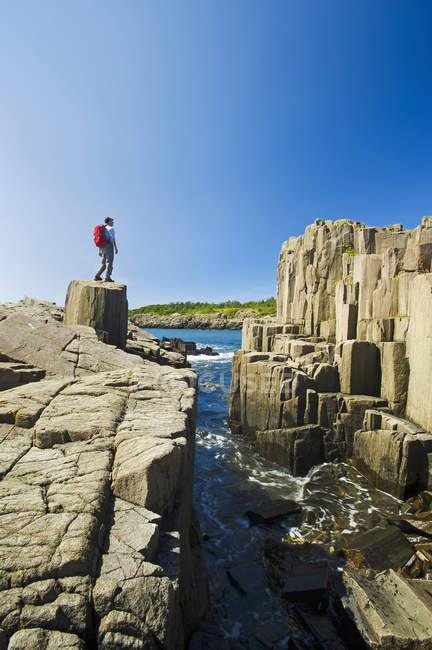 Randonneur le long des falaises de basalte — Photo de stock