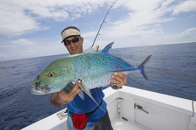 Fischer hält ein frisches fing Jackfish Thunfisch, Tahiti — Stockfoto
