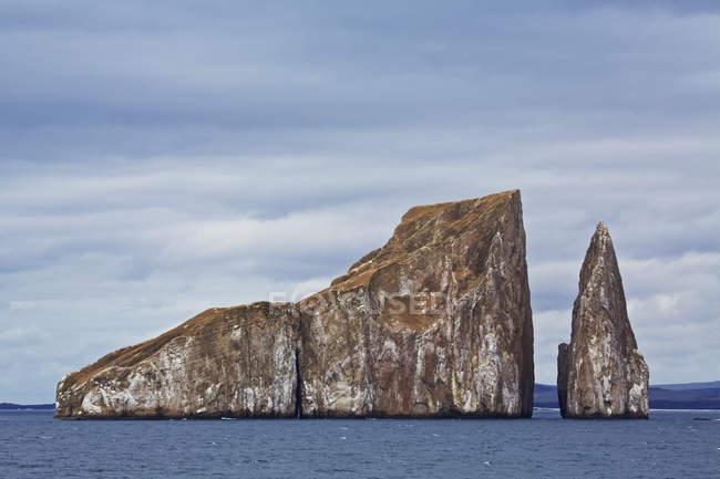 Зруйнованою острівець і рок стек в море — стокове фото