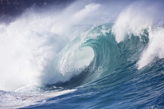 Onde che si infrangono alla baia di Waimea — Foto stock