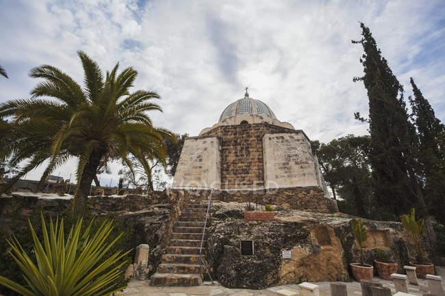 Kirche mit Kuppel und Kreuz — Stockfoto