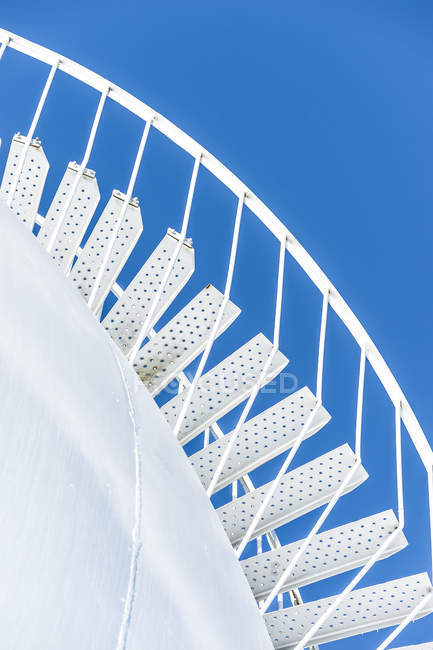 Escadas no céu azul — Fotografia de Stock