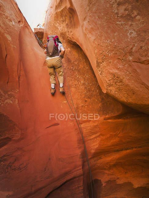 Авантюрист вивчення пустелі слотом Каньйон, Сан-Рафаель набухати. Юта, США — стокове фото