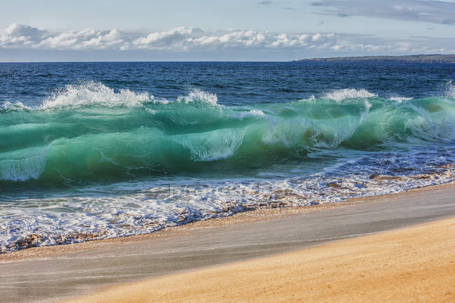 Türkisfarbenes Meerwasser in gekräuselter Welle — Stockfoto