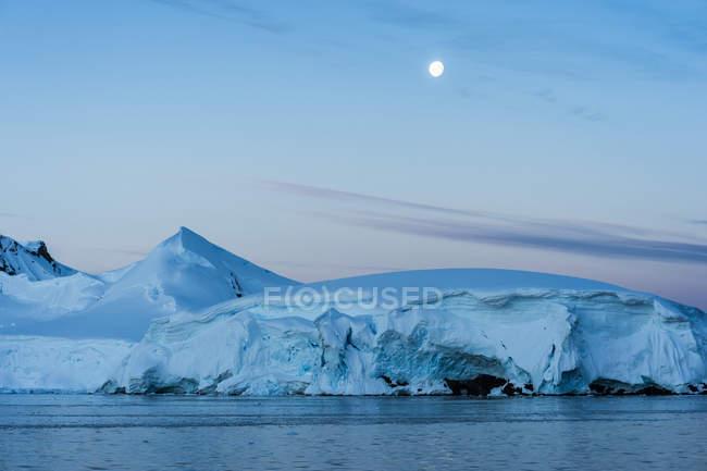 Luna llena en un cielo azul - foto de stock