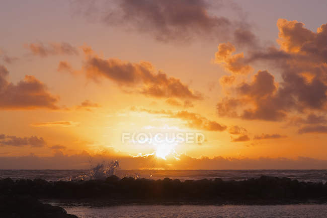 Coucher de soleil rougeoyant sur l'horizon — Photo de stock