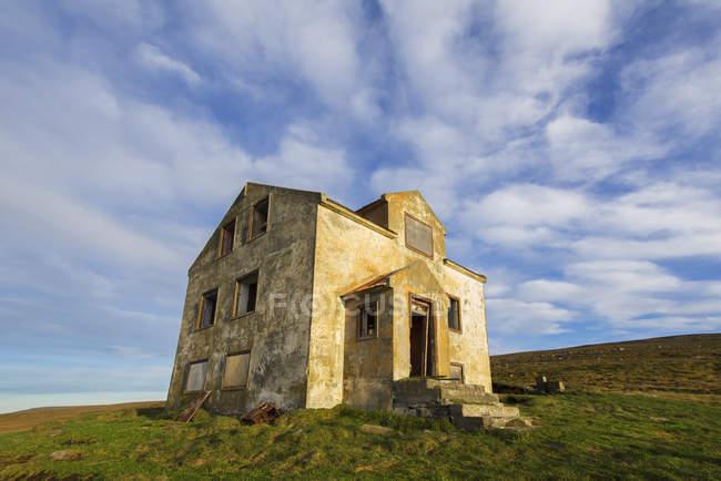 Брошенный дом в сельской местности — стоковое фото