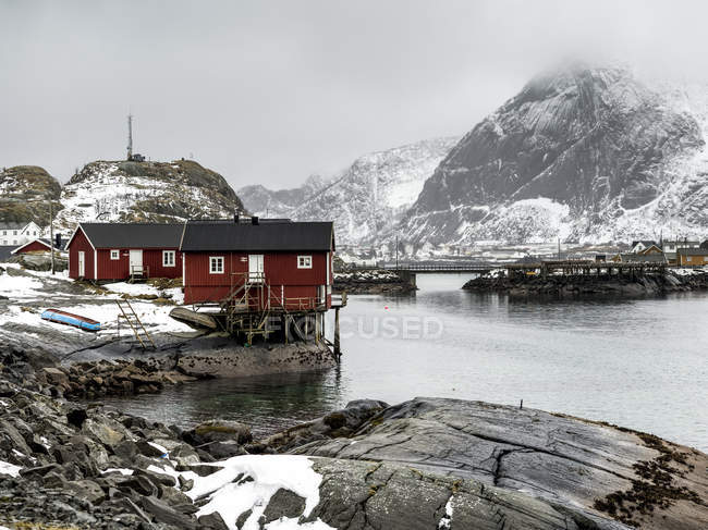 Edificios rojos a lo largo de la orilla - foto de stock