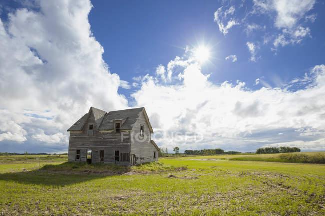 Напівзруйнованому будинку на прерії — стокове фото