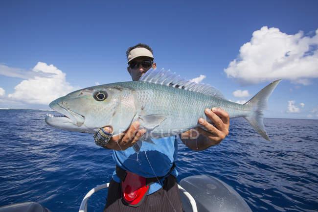 Fischer hält frisch gefangen Jobfish. Tahiti — Stockfoto