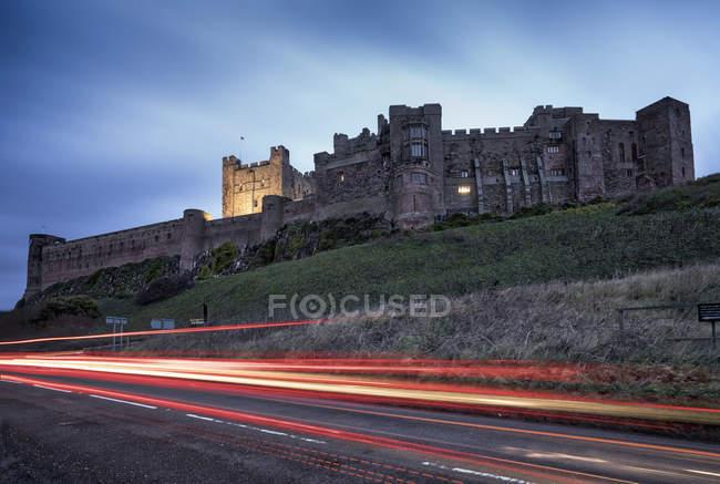 Strada e Castello di Bamburgh — Foto stock
