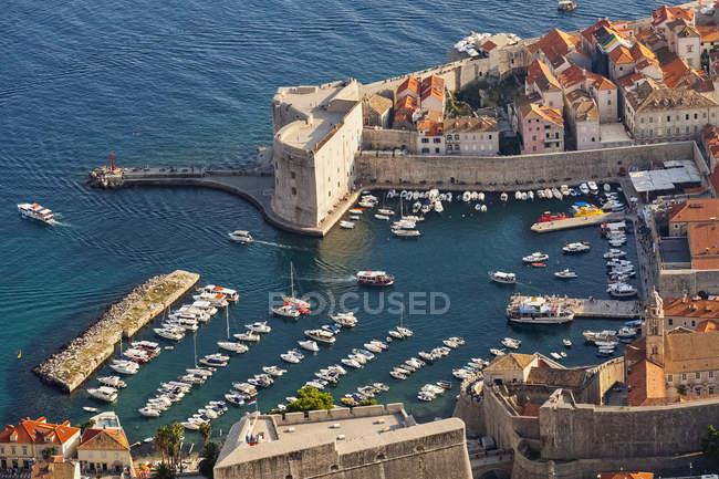 Vista de porto e telhados — Fotografia de Stock