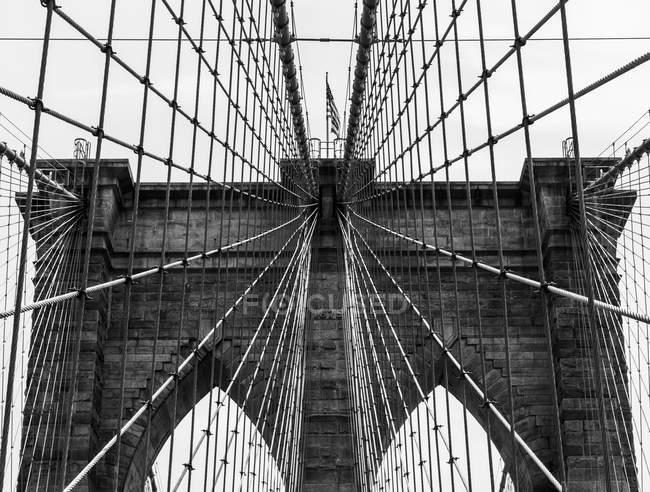Grid pattern of supports on Brooklyn Bridge — Stock Photo