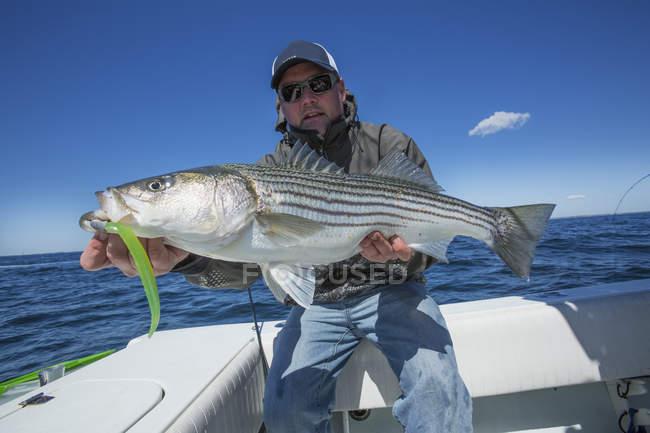 Fischer mit großen frischen Fisch. Massachusetts, Vereinigte Staaten von Amerika — Stockfoto
