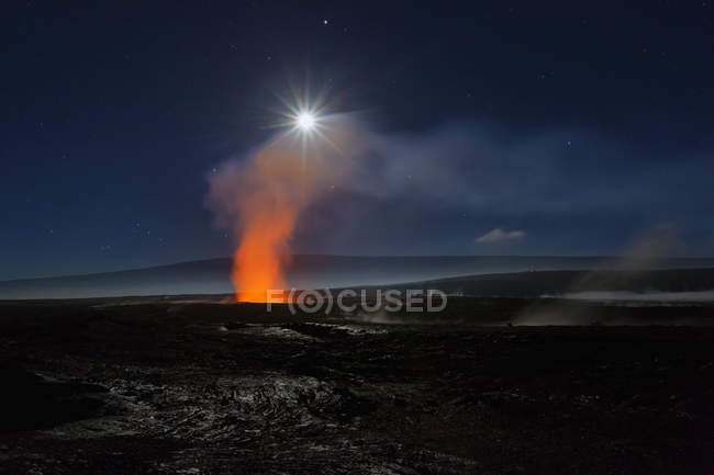 Повного місяця над кратером Halemaumau — стокове фото