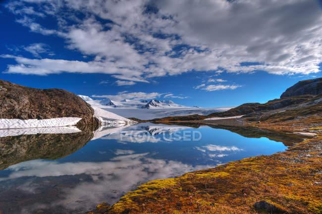 LKE з спокійним чистою водою — стокове фото
