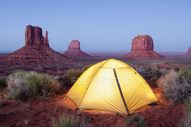 Варежки и палатка в сумерках — стоковое фото
