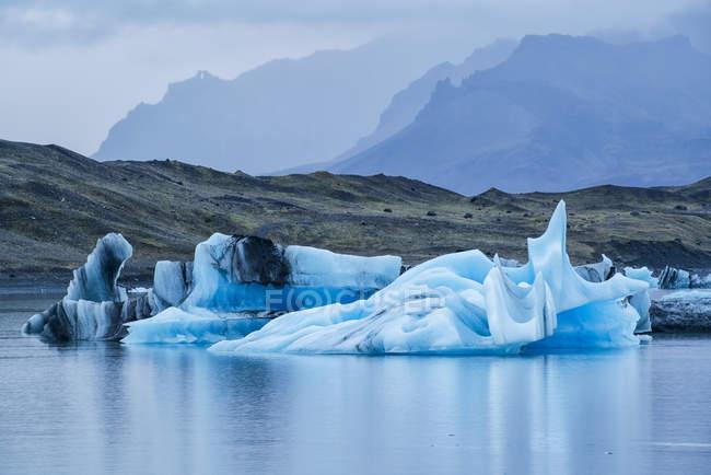 Große Eisberge im Wasser — Stockfoto