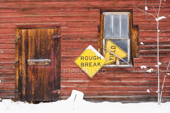 Edificio rojo de madera - foto de stock