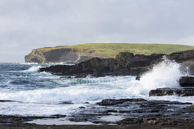 Waves crashing into rocky coast — Stock Photo