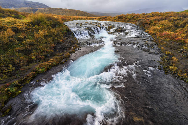 Водопад и течет вода в реке — стоковое фото