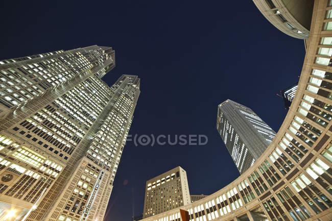 Vista de ángulo bajo de rascacielos - foto de stock