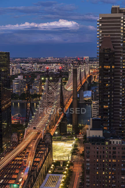 Queensboro Bridge en el crepúsculo - foto de stock