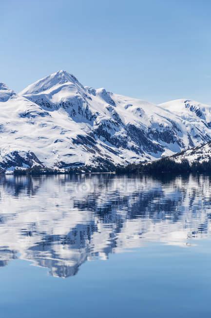Schnee bedeckte Berge — Stockfoto