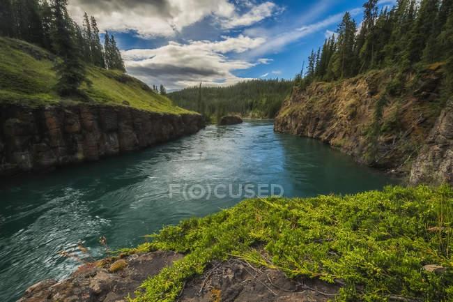 Fluxos de água através de Miles Canyon — Fotografia de Stock