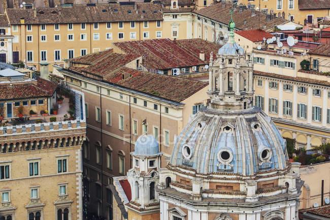 Cúpula do telhado da igreja com cruz — Fotografia de Stock