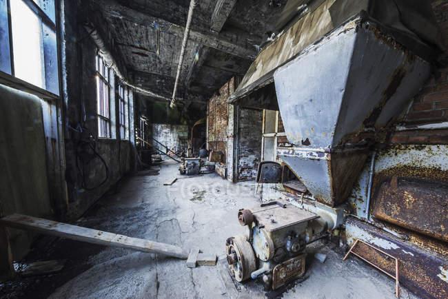 All'interno della vecchia fabbrica di aringhe abbandonate. Giove, Islanda — Foto stock
