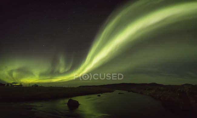 Nordlicht über Fluss — Stockfoto
